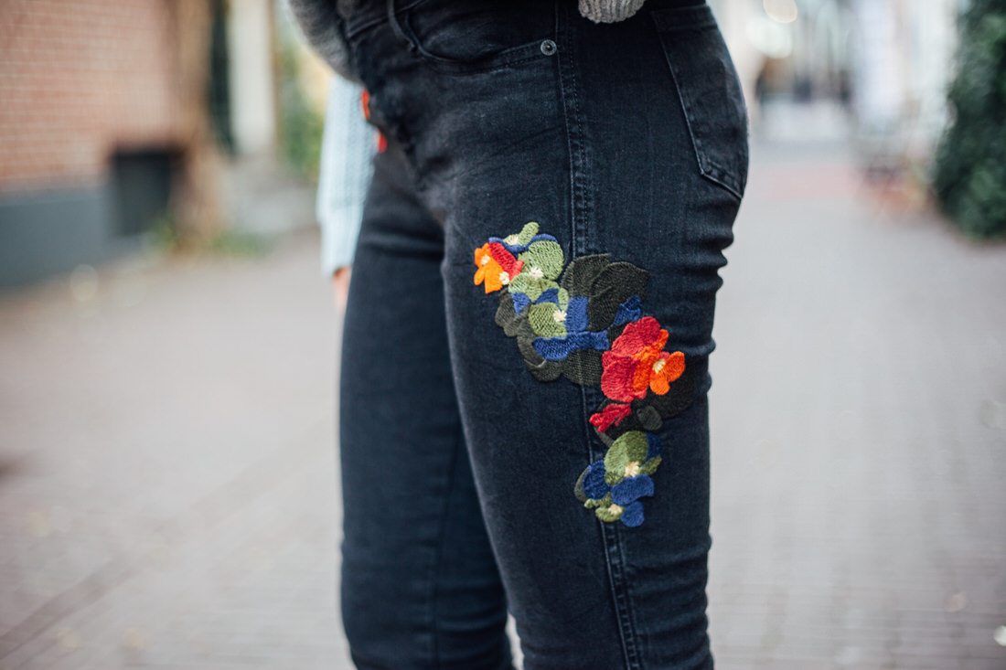 outfit details jeans flowers blogger