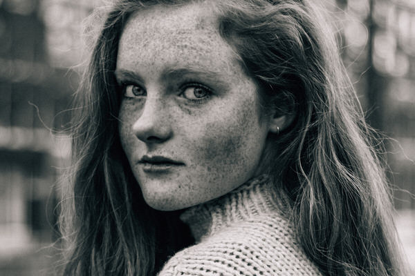 Brechtje girl with freckles portret