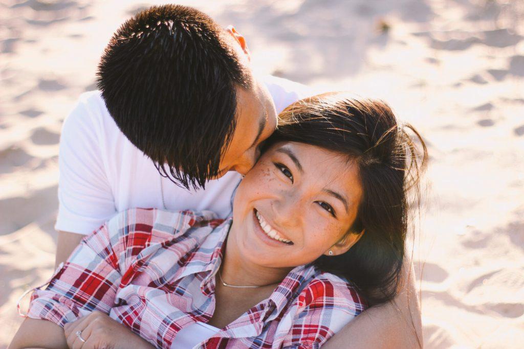 Loveshoot strand engagement couple